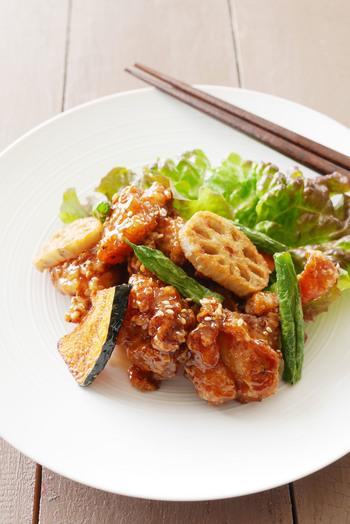 鶏の唐揚げと野菜の素揚げに、甘辛いタレをからめたレシピ。ご飯が進む味で、お肉も野菜もたっぷり食べられます。