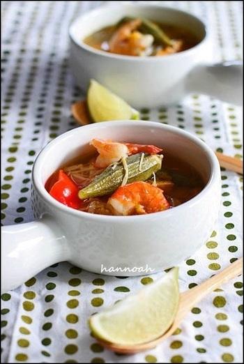 エビや野菜がたっぷり入った具だくさんのスープ。味の決め手はナンプラーとライムです。簡単なのに本格的なエスニックの味になりますよ。