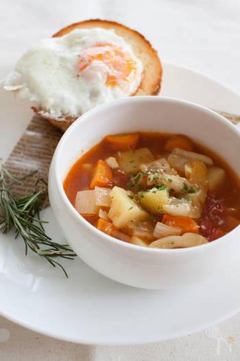 野菜がたっぷり、トマトの味がしっかり効いたカレースープです。朝食にもおすすめです。