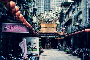 台湾はいまや一大観光国として絶大な人気を誇る場所。  読者のみなさまのなかでも、「行ったことあるよ!」という方は多いのではないでしょうか。  今回は、台湾に行ったことがある方もそうでない方も楽しめる、定番観光スポットだけではないおすすめスポットをご紹介。  基礎情報も合わせてご紹介するので、初めて台湾に行かれる方は必見ですよ♪