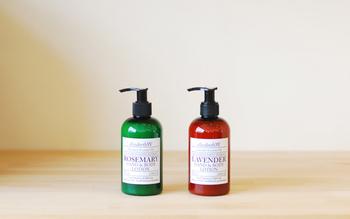 """トラディショナルな香水専門店からスタートした「elizabethW(エリザベスダブリュー)」。""""デザイン×フレグランス""""をテーマにし、シンプルで上品なボディケアやホームフレグランスが揃います。香りや品質へのこだわりは強く、こちらのボディローションもうっとりするような心地よい香り。"""