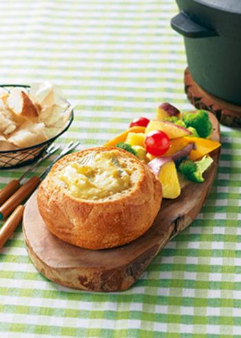 丸型のフランスパン・ブールをくり抜いて、チーズフォンデュの器にした、おしゃれなアイデア。良質な発酵物であるチーズや、野菜がたっぷりと摂れるバランスレシピ。小さなパンなら、一人分ずつ用意するのも可愛いですね。
