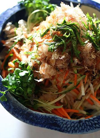こちらは、カビ付け・天日干しを繰り返した特上の本枯節を使った大根サラダ。本枯節は、うまみのグレードが格段に違います。できれば、かつお節削り器で削りたてのおいしさを味わってみてください。