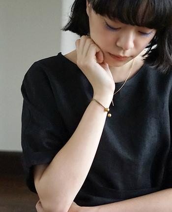 シンプルな真鍮のブレスレット。どんなお洋服にも合わせやすく、手首を細く見せる効果も◎