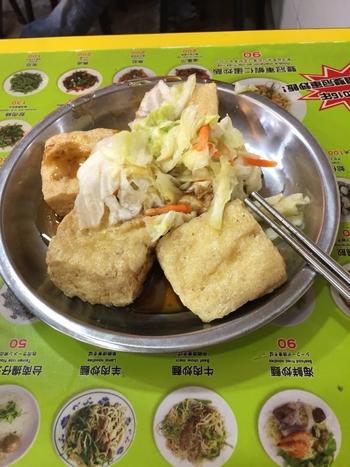 日本ではなかなかチャレンジできない「臭豆腐」にチャレンジしてみたり。  たくさんの思い出がこの夜市で作れるはずですよ。   ちなみに、臭豆腐は筆者も何度か食べていますが、士林夜市の地下にある「美食広場」の揚げ臭豆腐はにおい控えめで食べやすい味。  臭豆腐が気になるけど、においのインパクトが強くてなかなか勇気が出ない……という方は、まずは地下フロアの料理屋さんで揚げ臭豆腐をオーダーされてみることをおすすめします♪