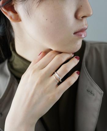シルバーカラーはよりクールな雰囲気に。指にきっちりとはまっているよりも、少し大きめのリングのほうが、指をほっそり華奢に見せることができます。