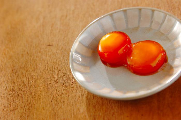 熟成発酵させた本物の醤油のうまみを堪能する、卵黄の醤油漬け。ねっとり濃厚な味わいで、ご飯にのせたり、おつまみにしたり。醤油の香り高さで、卵の風味がグレードアップします。同じく発酵調味料の醤油麹などを使うのもいいですね。