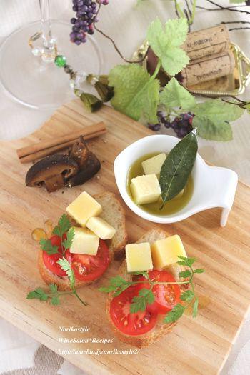 こちらは、チーズのオイル漬けとプチトマトの前菜風ブルスケッタ。ハーブやスパイスをオイルに加えるのもおすすめです。残ったオイルは、バゲットにつけて。ワインとともに楽しみましょう。