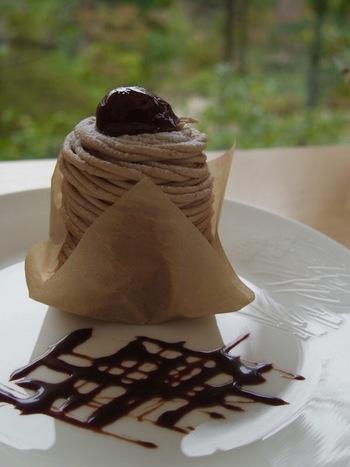 ティータイムに訪れたら、オリジナルブレンドのコーヒーとともに本日のケーキや季節限定のデザートがおすすめ。日替わりや季節ごとにかわるスイーツの美味しさと美しさに何度もリピしたくなるかも。