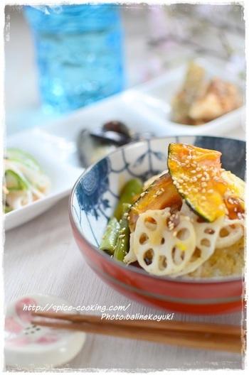あっさりとした豆腐ハンバーグは、野菜と一緒にあんかけで食べるとよりおいしく。生姜が効いた和風の味です。
