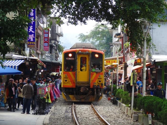 ランタンを上げたり、電車がお店ギリギリを走る場所で人気の十分。  願い事がある方、スリルを味わいたい方にはぴったりのスポット。  こちらも九份から近いため、九份とセットで訪れる方も多いですよ。