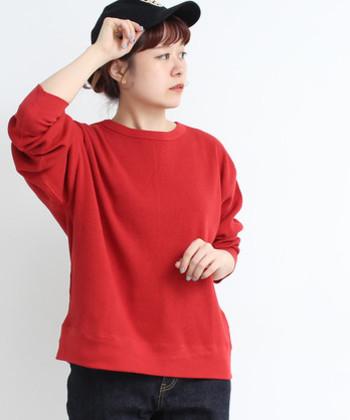 深みのある赤は秋にぴったりのカラーです。襟ぐりがきれいなので、髪をアップにしてすっきりと見せたくなります。ほどよい厚みの生地感で、デニムやスカートなどボトムを選びません。