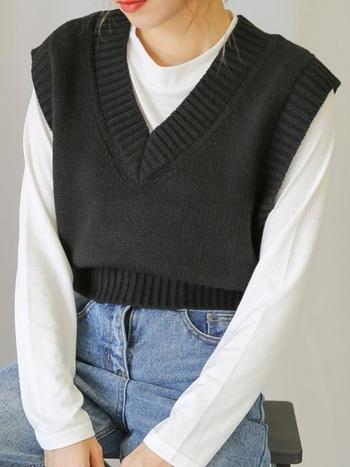 短め丈の個性的なベストにはほどよい厚みのシンプルカットソーを合わせて。大人のためのカジュアルな装いですね。