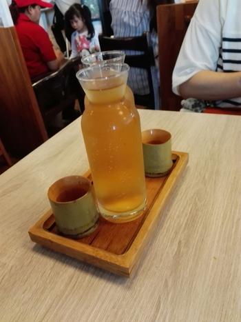 しばらく景色を満喫したら、猫空茶を満喫。  ロープウェイで行ける山の頂上近くにも九份同様に茶藝館などがあります。  お茶畑付近を散策するのも良さそう。