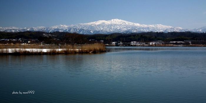 加賀温泉郷は日本三名山のひとつ「霊峰白山」を望む広大な温泉郷。柴山潟の湖畔に位置する片山津温泉、古風な街並みが美しい山代温泉、芭蕉の句にも詠まれた山中温泉、美肌の湯としても有名な粟津(あわづ)温泉の4つからなります。