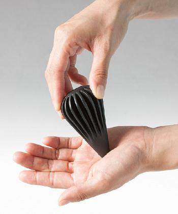 こんなスタイリッシュなツボ押しなら、デスクに置いておいても気になりませんね。 手で握ることで縦の溝が手のひらを刺激してくれるそうです。 ささっと手軽にリフレッシュできますね。