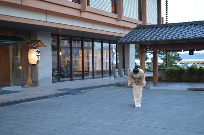 「プロが選ぶ日本のホテル・旅館100選」で36年連続総合1位という偉業を持つ名宿・加賀屋。開放感あふれる野天風呂や、海に浮かんでいるような空中露天風呂など、ここだけの湯情が楽しめます。