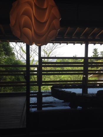広々とした客室から見えるのは、山代温泉を一望する美しい緑の景色。選べる温泉付き客室も全17室あるので、3世代の家族旅行など、大人数でも皆一緒に温泉を楽しめますよ。