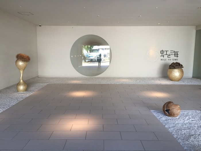 名宿・加賀屋のホスピタリティを受け継ぎつつも、カジュアルに利用できる温泉宿。温泉旅館の雰囲気を味わいつつ、女の子同士ビュッフェやカラオケでわいわい賑やかに楽める、まさにホテルと旅館のいいとこ取り!