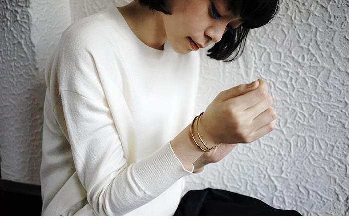 アメリカ・ポートランドをベースに活動しているジュエリーブランド。 デザイナーのHannah Ferrara(ハンナ・フェラーラ)は、ライフスタイル誌、KINKFOLK創設者メンバーの1人。彼女自身が見に付けたいと思うジュエリーたちは、世界の女性の心をつかんでいます。 ミニマルかつシンプルなデザインが特徴で、環境に優しい再生可能なメタルを使用するハンドメイドのジュエリーを制作しています。