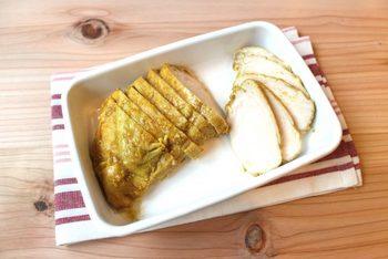 コンビニでも人気のカレー味のサラダチキン。コンソメとカレー粉のおかげで、コクのある美味しいサラダチキンに仕上がります。