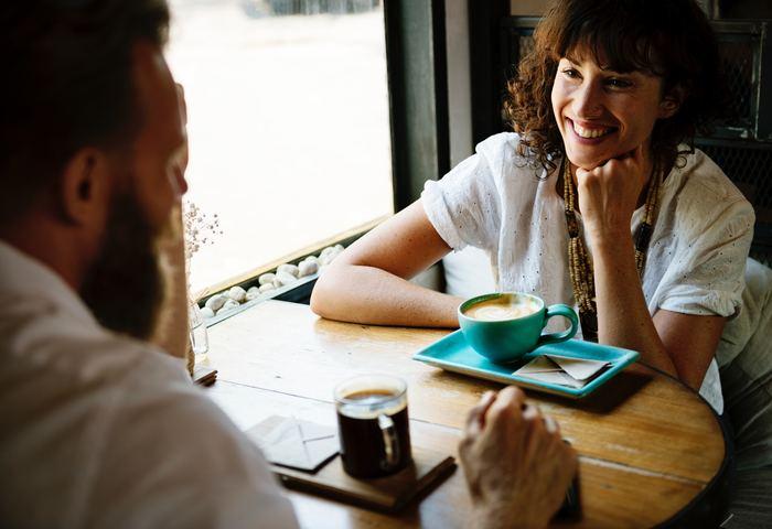 大抵の英会話カフェには、1テーブル毎に1人会話をリードしてくれるスタッフがつくので、困った状況になっても安心です。「上級者レベルの会話にはついていけない」と不安を感じる方は、初心者さん用のテーブルから利用してみましょう。  場所によりけりですが、レベル別にテーブルを分けてくれている英会話カフェが多いので、自分が挑戦してみたいレベルを自由に選ぶことができますよ!