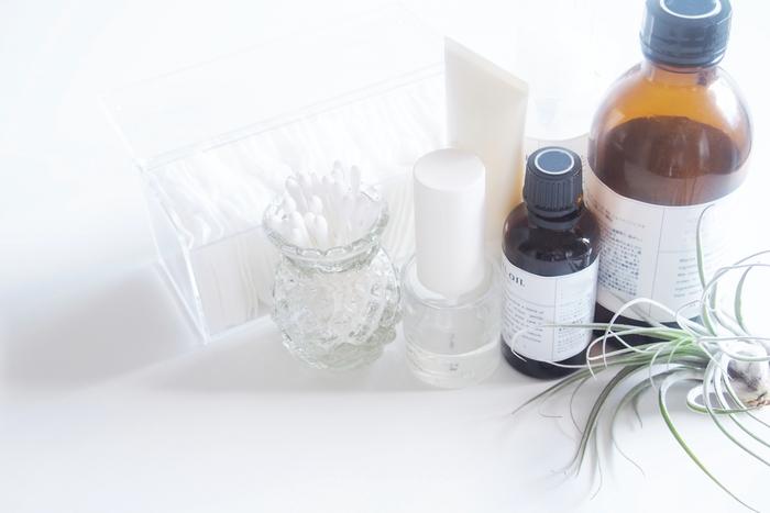 もし基礎化粧品を見直すなら、肌の乾燥を招くと言われているアルコールやエタノールが配合されていないものがおすすめです。さらに、肌の水分バランスを整えてくれる「セラミド」が入っているものだと、保湿力アップに効果があると言われています。