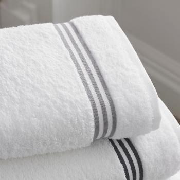 せっかく摩擦に気をつかって洗顔しても、タオルでこすってしまっては台無し。洗顔後の肌は、清潔なタオルで軽くポンポンとおさえましょう。多少水分が残っているぐらいでOKです。