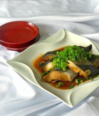 煮魚は難しいと思う人も多いかもしれませんが、実は工程は2つだけなんです。  ①調味料を煮詰める ②魚を入れて煮る。  簡単ですよね。オイスターソースとガーリックを使って中華風の味付けになっているので、白いご飯ではなくチャーハンなどと一緒にお弁当に入れても美味しいですね。