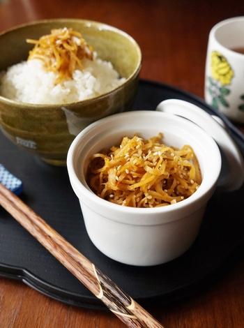 甘辛さがあとひく美味しさの生姜の佃煮。生姜は、皮つきのまま千切りにするのがポイント。ご飯のおともにぴったりなことはもちろんのこと、お酒のおつまみやお弁当のおかずなど幅広く楽しめます。
