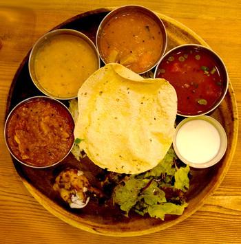 こちらが大岩食堂名物のミールス(南インドの定食)ランチ。サンバル、ラッサム、バスマティライス、パパド、サラダがセットになったカレープレートです。カレーは数種類から選べるので、どれにしようか迷ってしまいそう。