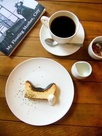 ブラックペッパーの振りかけられたブラックチーズケーキは、酸味が効いていて甘さは控えめ。新しい発見が詰まっているはず。