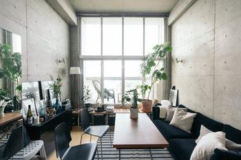 ワンルームなどでダイニングのスペースがない場合は、リビングと兼用するというアイディアもありますよ。こちらのお部屋は手前にキッチンがあり、リビングにダイニングテーブルが配置されています。