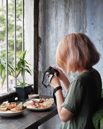 料理写真を上手に撮るポイントはいくつかありますが、今回は「盛り付け」と「料理の正面」に焦点を絞ってコツを探ってみましょう。