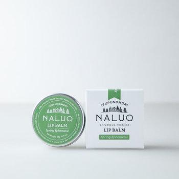 北海道モミの香りに柑橘や花の香りをブレンドした香りは2種類あります。爽やかな花をイメージした清涼感ある香りの「スプリングエフェメラル(green label)」、森を思わせる爽やかさの中にも深く落ち着いた香りの「ライケン(blue label)」。大自然を感じて、スーッと深呼吸したくなるような香りです。