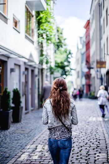いきなりアウトドアではハードルが高くても、散歩ならいつでも気軽にチャレンジできそうですよね。たかが散歩かもしれませんが散歩を心から楽しむということには無限の楽しみがあります!カフェ、洋服、食事、天気、景色、電車、バスなどの全ての背景が、あなたを主人公にした素敵な物語の断片になってくれるような、素晴らしい一日を楽しむことが出来ます。  「お気に入りの洋服に着替えて、ふらっと名前も知らない街に降りてみた」 一度は誰もがつぶやいてみたいフレーズです。