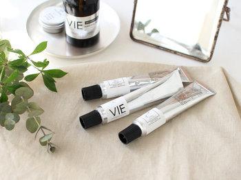 フランス語で生活や人生を表す「 VIE(ヴィー)」。余計なものは一切加えず、保湿成分シアバターを中心にホホバオイルなど植物性の素材を贅沢に使用したハンドクリームです。シンプルでユニセックスなデザインなので、男性へのプレゼントにも◎