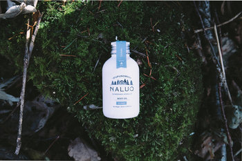 水分の少なくなってカサカサした肌には、オイルを使うのも◎こちらはリップバームでもご紹介した「NALUQ(ナルーク)」の、北海道モミエッセンシャルオイルを配合したボディオイルで、べたつかず伸びも良く、1年を通して気持ち良く使えます。