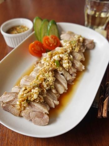 生姜たっぷりの香味蒸し鶏。ふっくらとやわらかな鶏肉に、生姜の香味だれがきいて箸がすすみます。香味だれはお魚やチャーハンに応用することもできますよ。