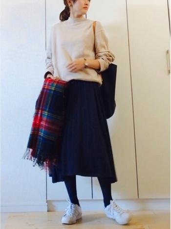 カジュアルな印象が強いスウェットも、ミモレスカートを合わせることでこんなに女性らしい雰囲気に。チェスターコートを羽織ったり、パーカーで外した着こなしも素敵です。