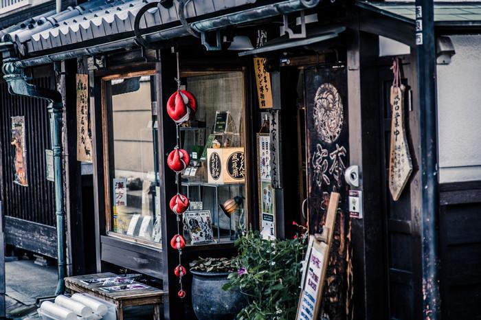 江戸時代末期~明治にかけての町家が残るならまち。古民家をリノベーションしたカフェや雑貨店などかわいいお店がたくさんあるエリアです。