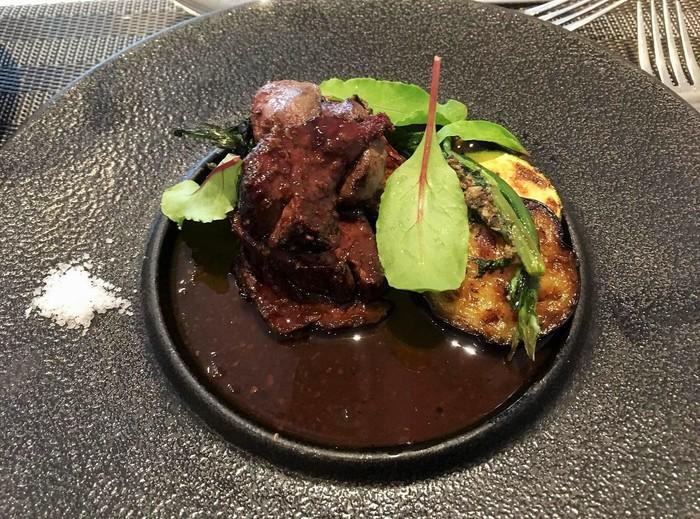 主菜は赤ワインソースで頂く『仔鹿のモモ肉のロースト』。