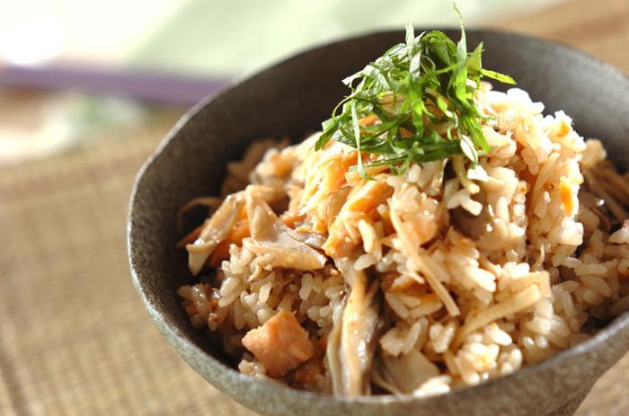 旬の味覚が楽しめる秋鮭と生姜の炊き込みご飯。具沢山の炊き込みご飯なので、しっかりと食べたい時におすすめです。生姜が秋鮭の臭みを消してくれるので、下ごしらえなしで加えられパパッと作ることができますよ。