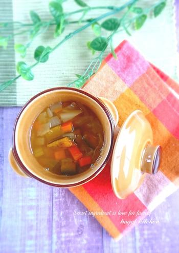 ファイトケミカルスープを作るときは、野菜は皮がついたままのものを使うので、しっかりと洗うか無農薬の野菜がおすすめ。こちらはたまねぎやにんじんなど、野菜をたっぷりと。野菜の旨みがぎゅっと詰まった、ほんのり甘いスープです。