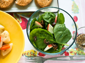 いま人気の第7の栄養素「ファイトケミカル」とは、植物が紫外線や昆虫などの有害なものから体を守るために作り出した色素や香り、辛味、ネバネバなどの成分のこと。人間は元々持っていない栄養素のため、野菜や果物から摂取しなくてはいけません。