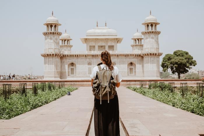 自分を持っている素敵な人は、ひとりの時間を積極的に持つことで自身を見つめ直し、自分らしい強さやしなやかさを得ているように思えます。ひとり旅という日常からの解放と自由の中で、本来のあなたは何を感じるのでしょうか。今は、世界的に見ても女性が一人で旅行しやすい仕組みが整ってきているのが嬉しいですね。