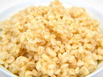 血糖値の上昇を抑えて、まんぷく感を持続させる効果を持つ『もち麦』は夜もOK!糖質の吸収を抑え、さらに腸内環境も整えてくれるダイエットの強い味方なんです。
