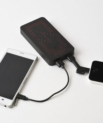 家族との連絡手段や情報の取得、心を落ち着かせるための娯楽用など、何かと使うのがスマホです。 数日分の充電ができるように、そこそこ容量の大きいモバイルバッテリーがあると頼もしいですね。 こちらは時計にもバッテリーにもなる2 WAY仕様。しかも2台同時に充電できるスグレモノです。