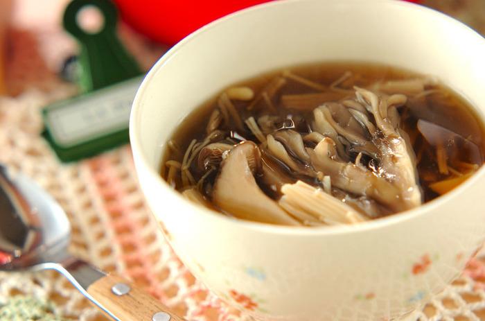 エノキ、舞茸、シメジ、エリンギ、4種類のキノコの入った、お腹も喜ぶとろみスープ。すりおろした生姜を入れれば、身体もあたたまります。ダイエットはもちろん、これからの寒い季節にぴったり♪
