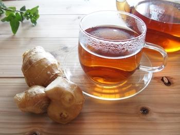 生姜には辛味成分である「ジンゲロン」が含まれていて、抗菌・殺菌の効果や血糖値の上昇を抑える効果が高いと言われています。また、香りの成分である「ショウガオール」には脂肪燃焼の効果があるとされ、身体を温める効果を期待することができます。